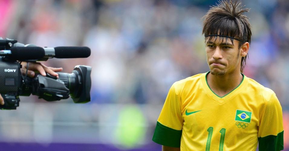 Câmera de televisão registra imagens de Neymar antes do início da partida contra a Nova Zelândia