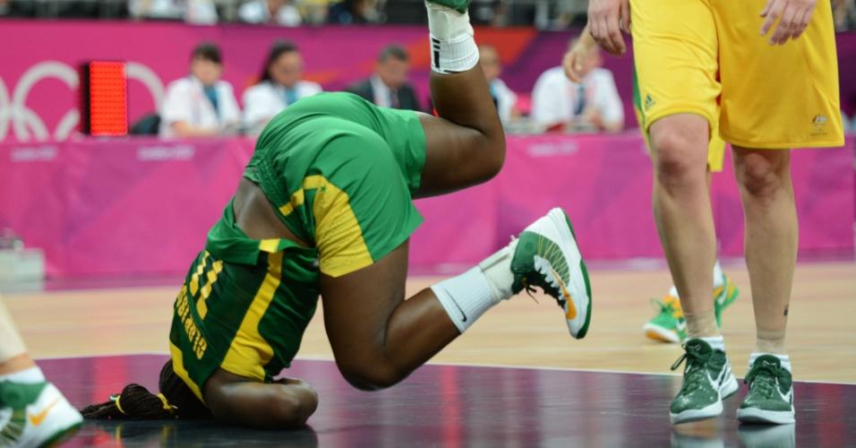 Clarissa leva tombo em derrota da seleção brasileira de basquete para a Austrália