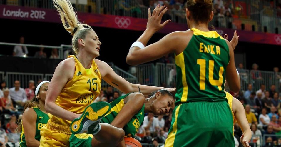 Damiris fica com a bola no garrafão brasileiro após disputar com atleta da Austrália