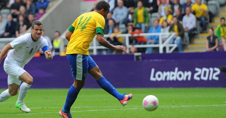 Danilo chuta para marcar o primeiro gol do Brasil diante da Nova Zelândia