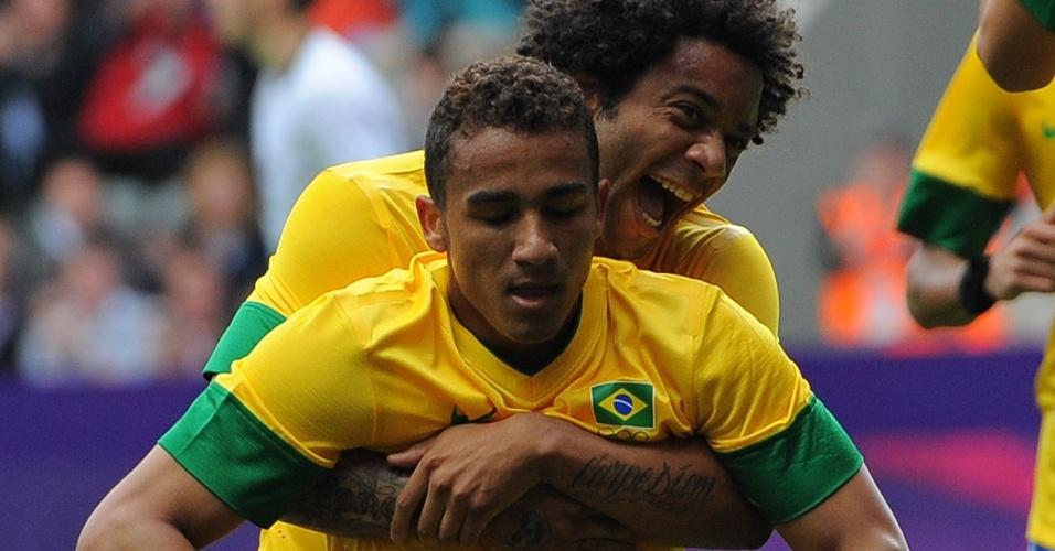 Danilo recebe o abraço do lateral Marcelo após marcar o gol do Brasil contra a Nova Zelândia