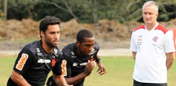 Dorival Júnior observa o esforço de Ibson e Renato Abreu em treino do Flamengo