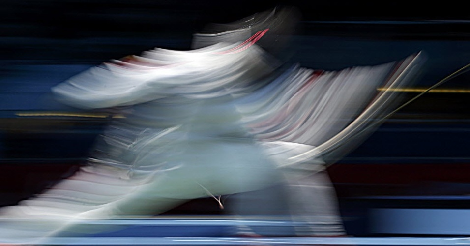 Esgrimista chinês Zhu Jun compete contra sul-coreano Choi Byungchul