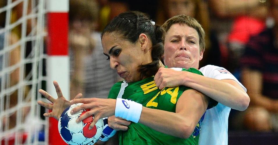 Fabiana Diniz é agarrada por jogadora do Reino Unido em jogo de handebol feminino na Olimpíada