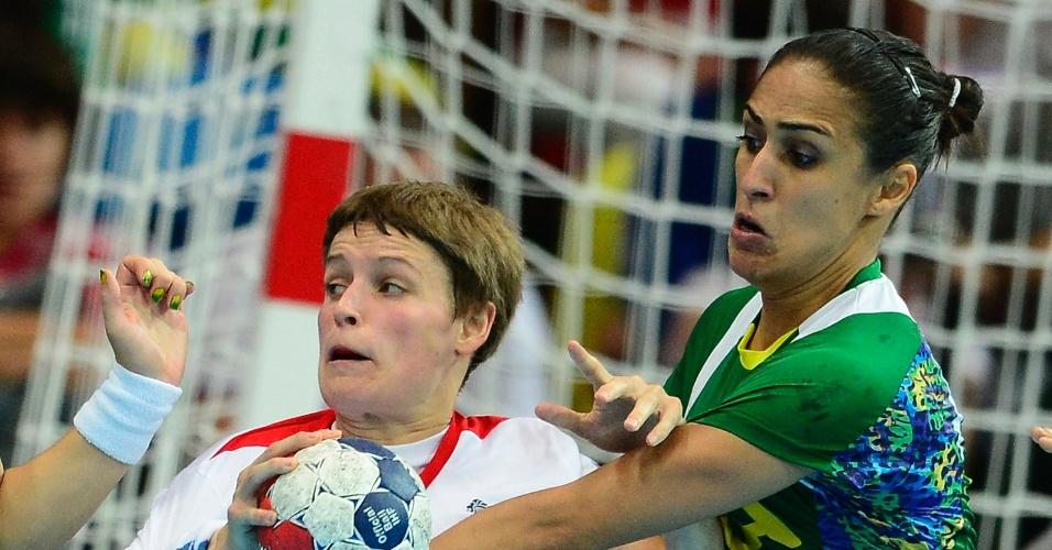 Fabiana Diniz tenta tirar bola de britânica em vitória brasileira na primeira fase dos Jogos Olímpicos