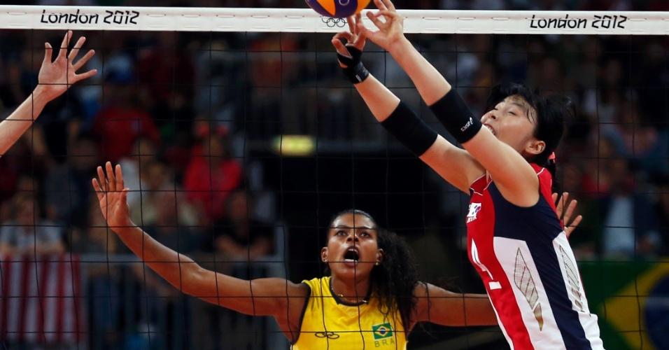 Fernanda Garay se prepara para bloqueio durante jogo com a Coreia do Sul nesta quarta-feira (01/08)