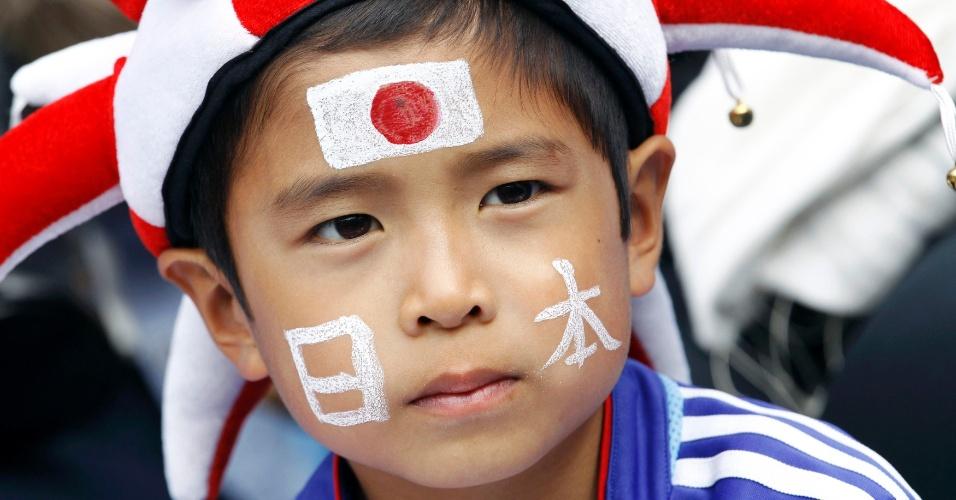 Garoto japonês assiste a partida de futebol entre Japão e Honduras nesta quarta-feira (01/08)