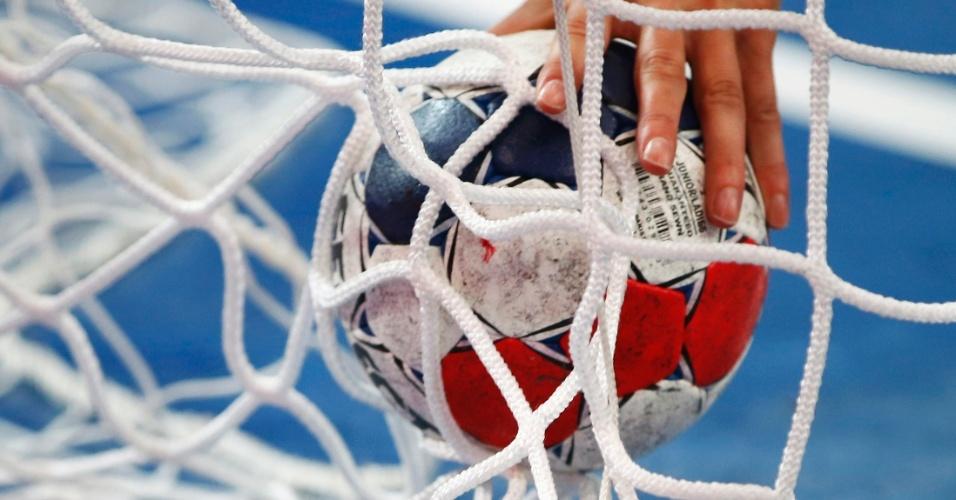 Goleira da Noruega busca bola nas redes após sofrer gol em partida contra a Coreia do Sul