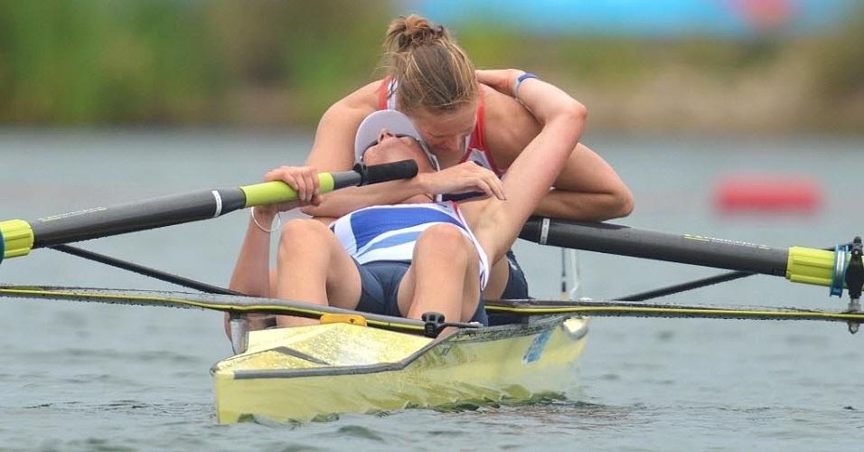 Helen Glover e Heather Stannin, do Reino Unido, comemoram a vitória no remo que deu o primeiro ouro para o país-sede nos Jogos