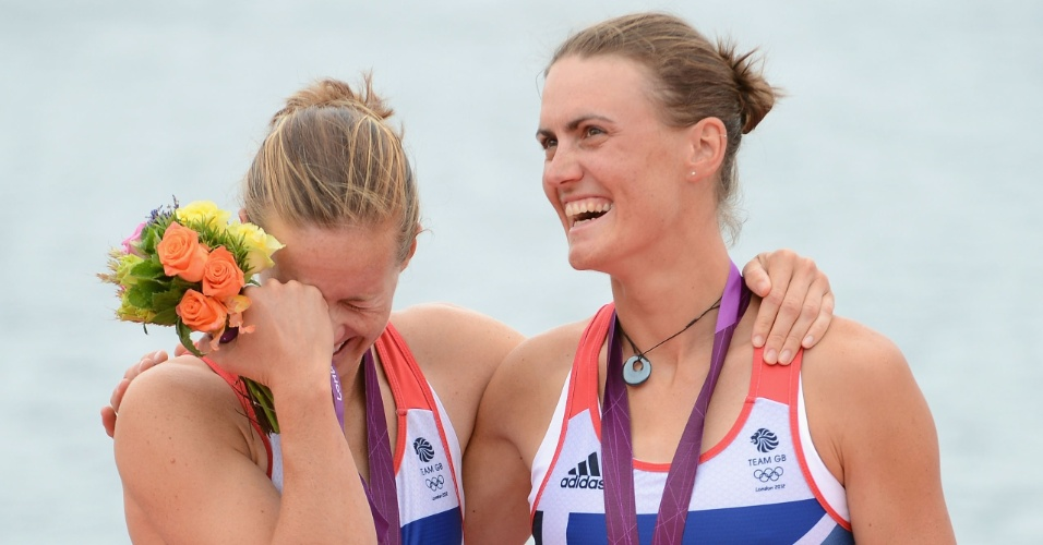 Helen Glover e Heather Stanning, atletas do remo britânico, comemoram a primeira medalha de ouro do país nos Jogos Olímpicos de Londres
