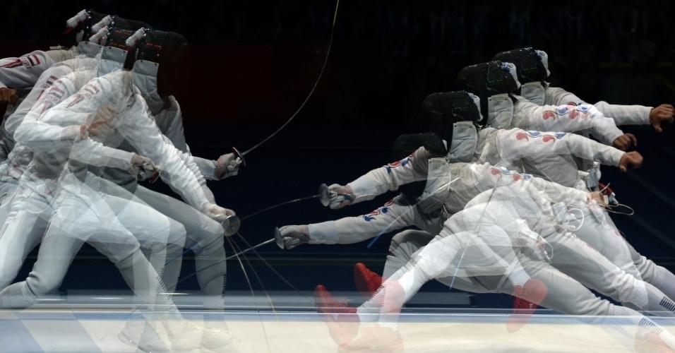 Imagem de movimento da luta entre as esgrimistas Choi Byungchul, da Coreia do Sul e Alaaeldin Abouelkassem, do Egito