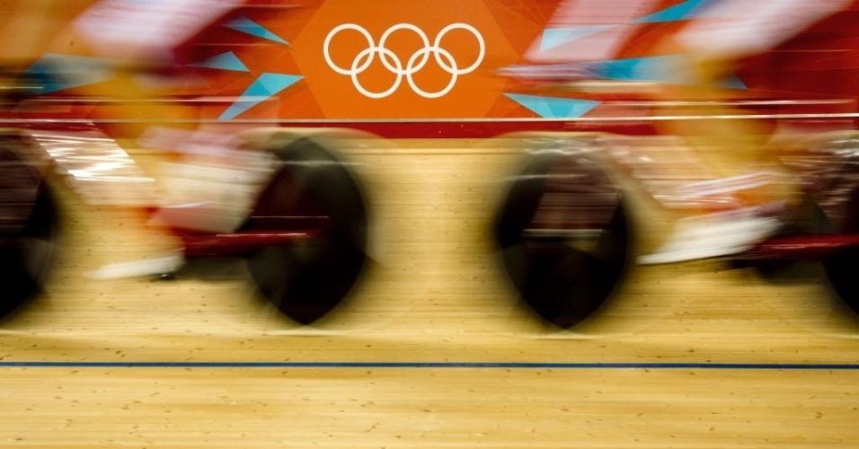 Imagem em movimento de ciclistas durante treino no velódromo do Parque Olímpico de Londres