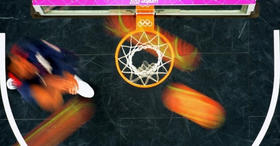 Imagem em movimento de jogadores se aquecendo antes da partida entre Tunisia e USA