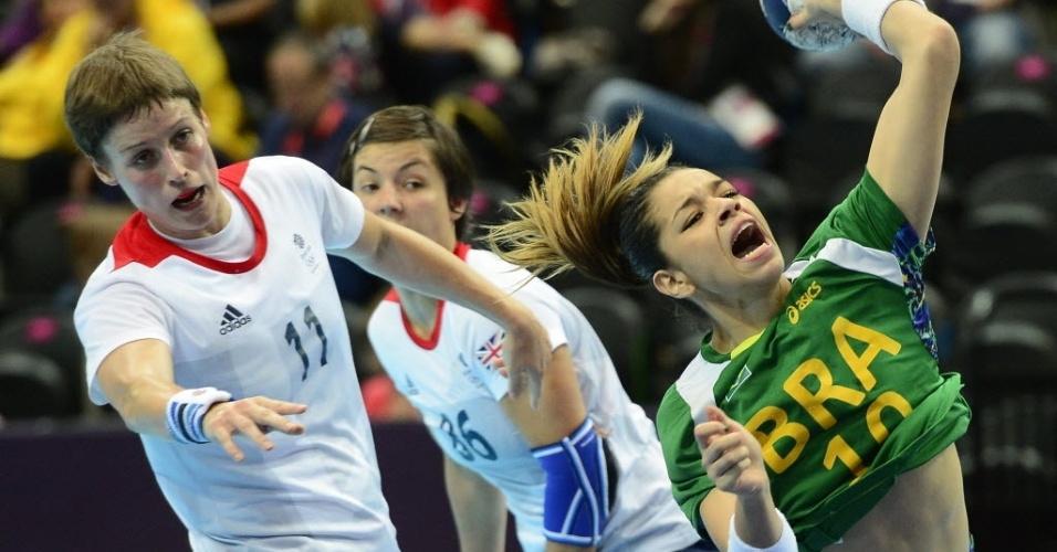 Jessica quase perde a camisa após choque com Lyn Byl na vitória do Brasil sobre o Reino Unido