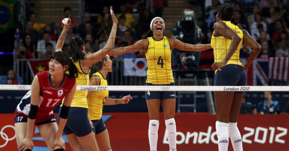 Jogadoras da seleção brasileira de vôlei comemoram ponto da equipe na partida contra a Coreia do Sul