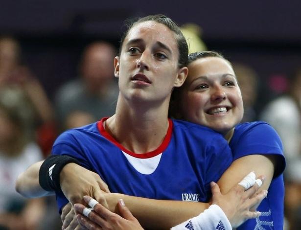 Jogadoras da seleção francesa de handebol, Camille Ayglon e Blandine Dancette (d) dão abraço carinhoso após vitória da equipe na fase preliminar