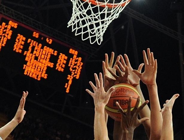 Jogadoras das seleções de basquete de Austrália e Brasil em disputa pela bola