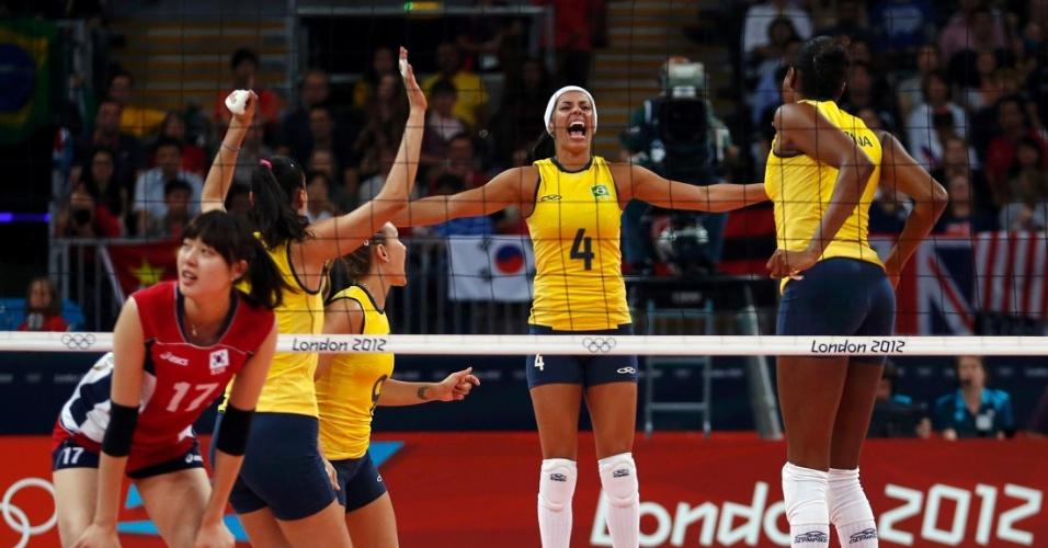 Jogadoras do Brasil comemoram ponto marcado contra a seleção da Coreia do Sul