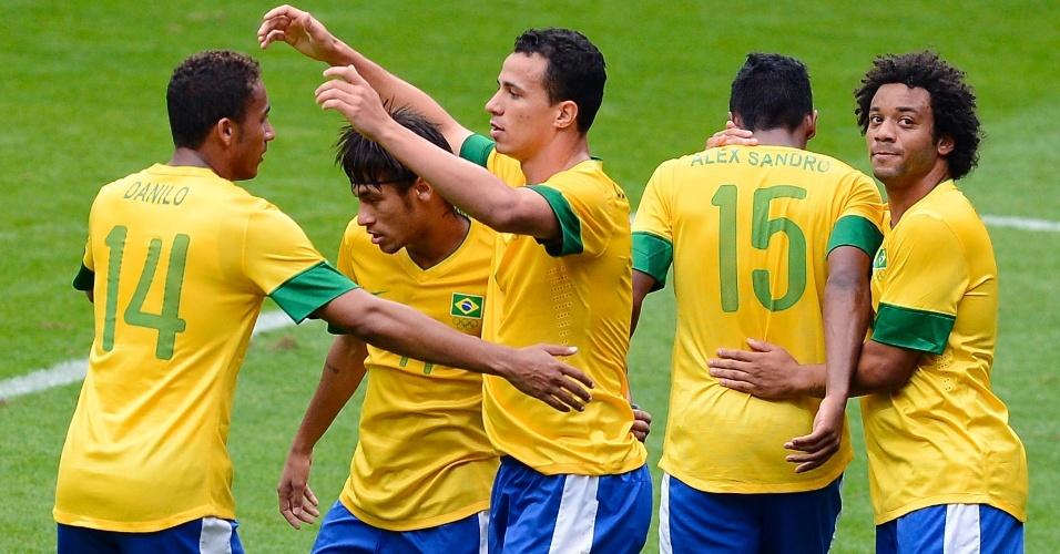 Jogadores brasileiros comemoram segundo gol da equipe diante da Nova Zelândia