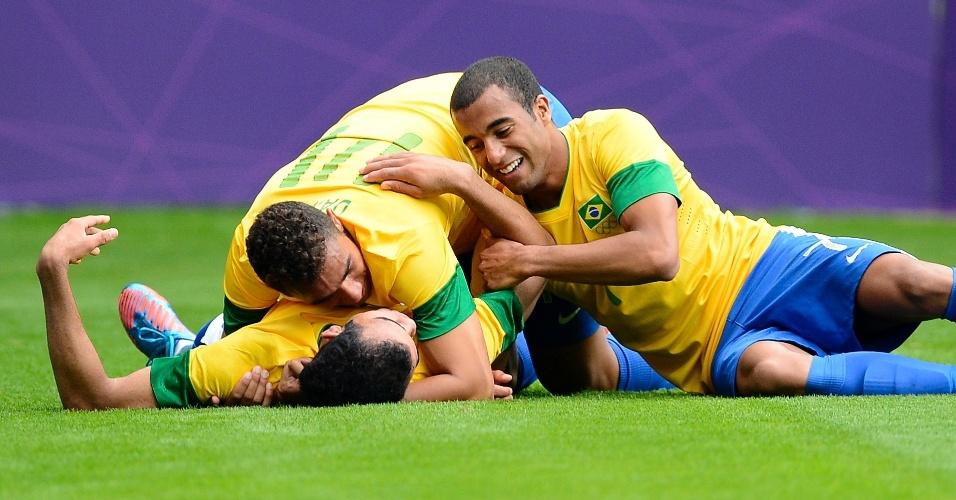 Jogadores da seleção brasileira abraçam Sandro, autor do terceiro gol contra a Nova Zelândia