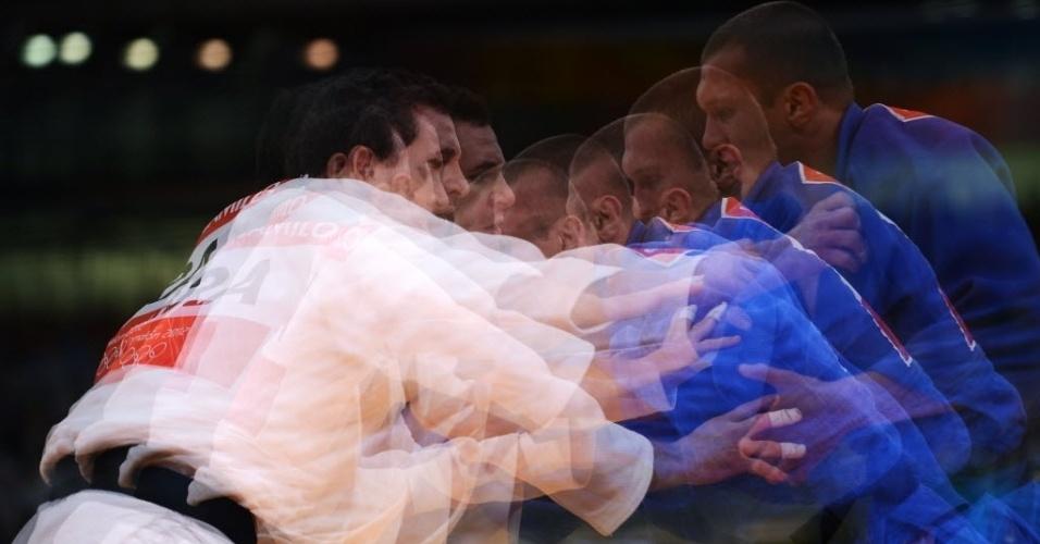 Judoca brasileiro Tiago Camilo (de branco) luta contra ucraniano Roman Gontiuk na categoria com menos de 90 kg