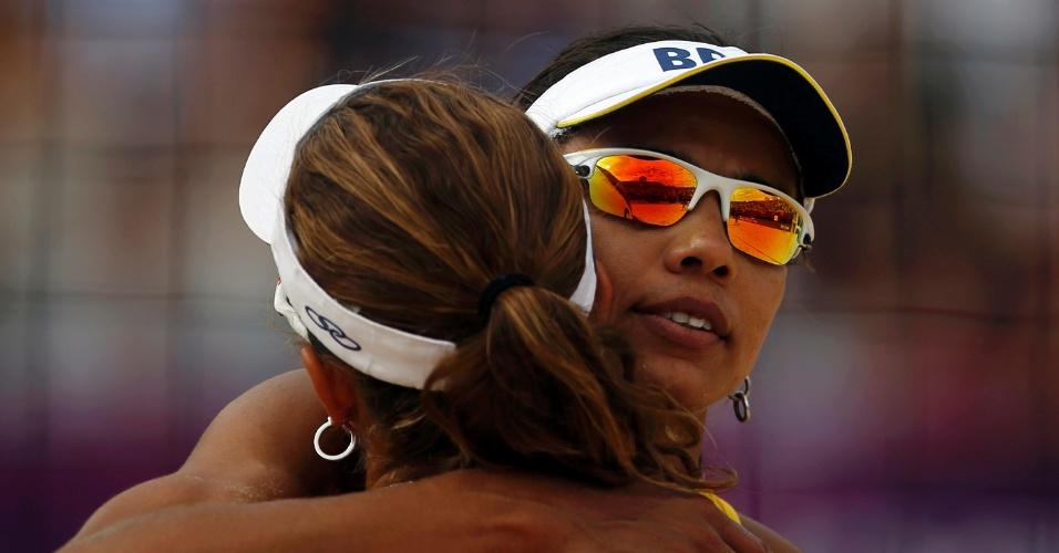 Juliana e Larissa se abraçam após vitória sobre Hana Klapalova e Lenka Hajeckova, da República Tcheca