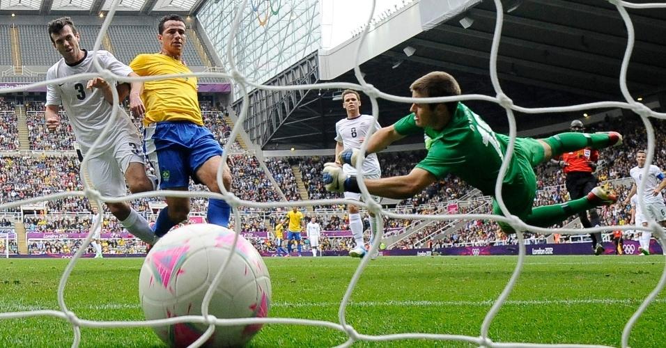 Leandro Damião tira a bola do goleiro para anotar o segundo gol brasileiro