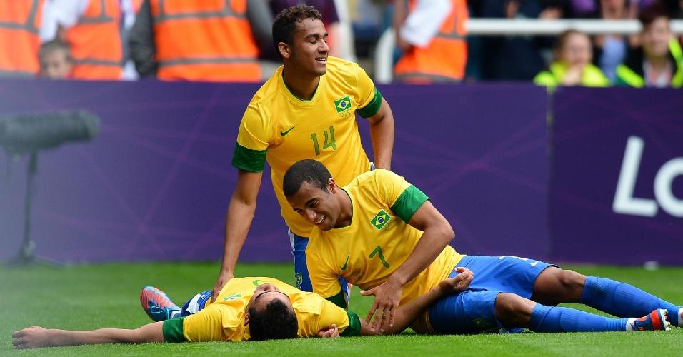 Lucas (7) e Danilo (14) comemoram o gol marcado por Sandro (no chão) na vitória do Brasil sobre a Nova Zelândia em Londres