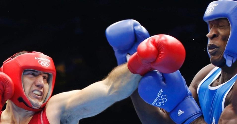Magomedrasul Medzhidov, do Azerbaijão, atinge rival do Congo em duelo pelo peso superpesado em Londres, nesta quarta (01)