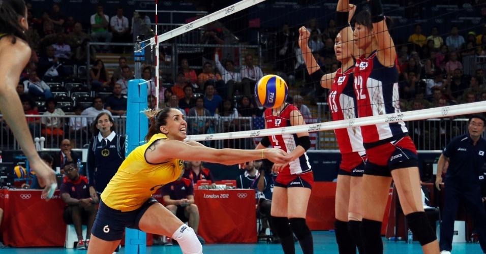Meio-de-rede Thaísa tenta defender bola das sul-coreanas em partida disputada nesta quarta-feira (01/08)