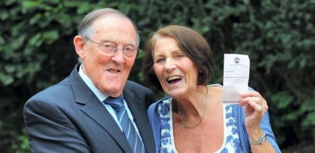 Mentira tem perna curta; o saldo da conta bancária de Maureen Holt, 77, por outro lado, é enorme - Reprodução/Daily Mail