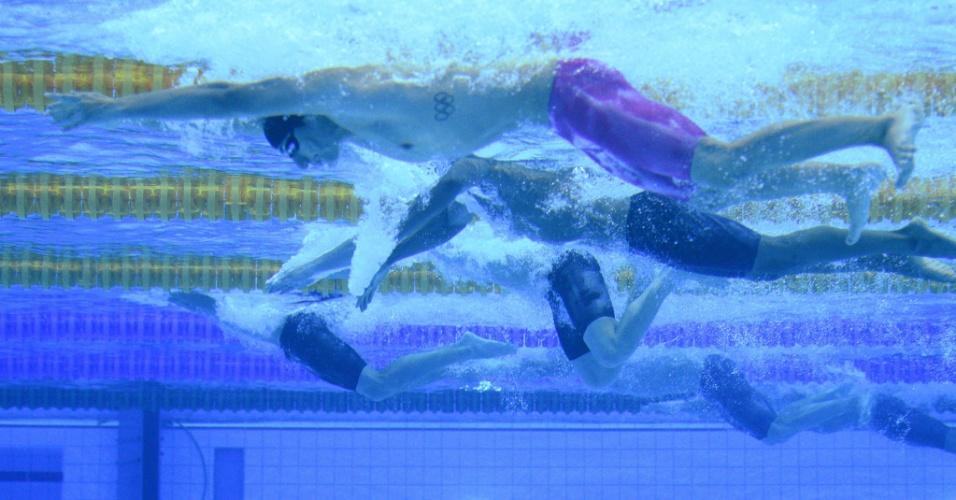 Nadador russo Alexander Tikhonov compete na prova dos 200m medley individual