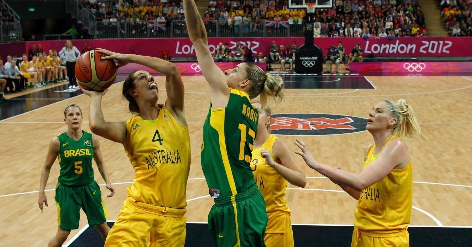 Nadia tenta o toco sobre jogadora da Austrália em terceiro desafio do Brasil na Olimpíada