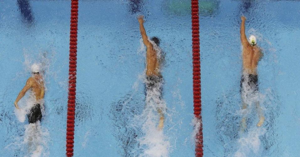 Nathan Adrian, dos Estados Unidos, se estica para vencer os 100 m livre, e deixar James Magnussen (d) em 2º