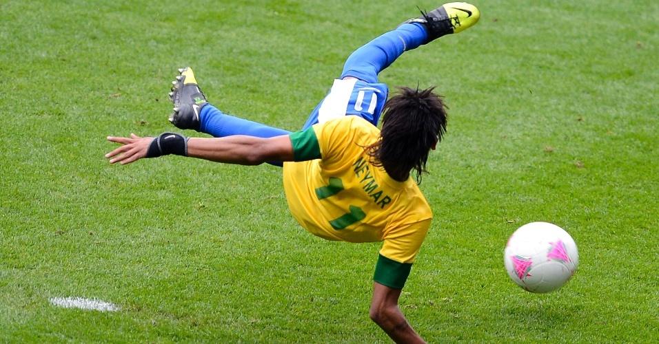 Neymar arrisca voleio em partida do Brasil nos Jogos Olímpicos