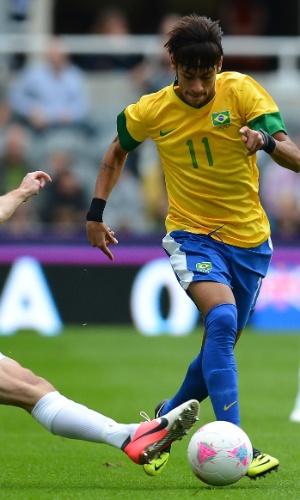 Neymar tenta passar pela marcação do defensor da Nova Zelândia em partida nesta quarta