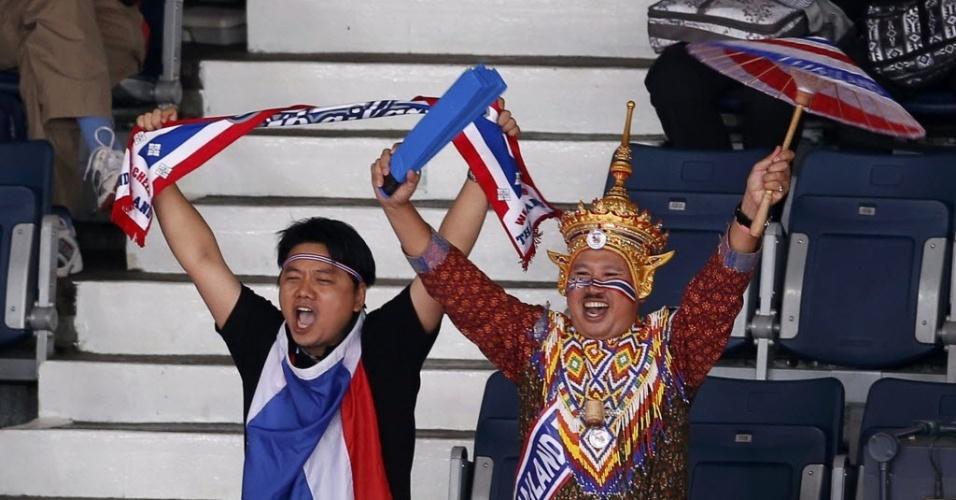 No badminton, figuraças da torcida da Tailândia fazem a festa para dupla do país, durante partida das quartas de final em Londres