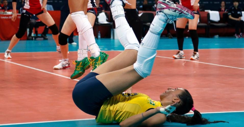 Oposta Sheilla cai durante partida contra a Coreia do Sul nesta quarta-feira (01/08)