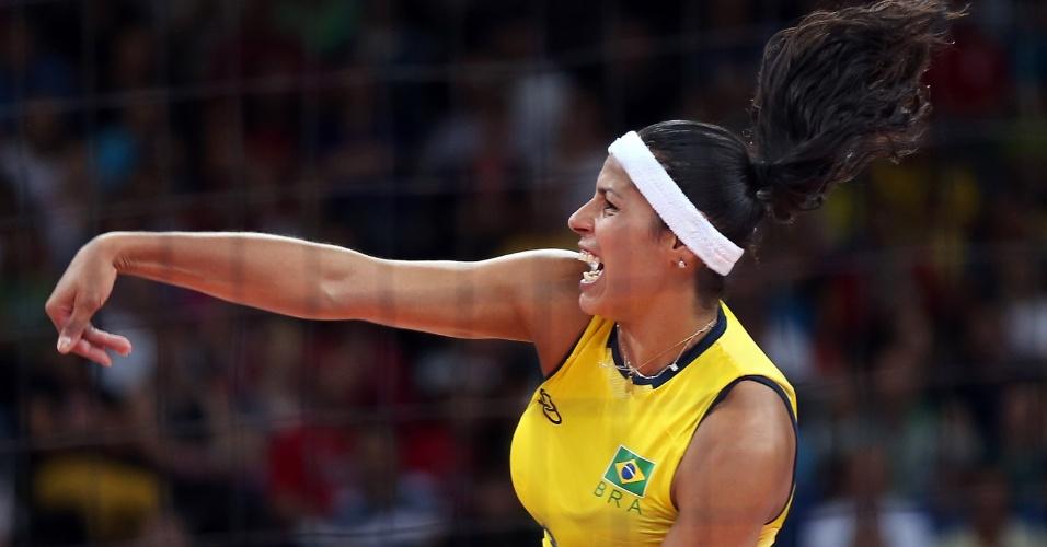 Paula Pequeno, ponta da seleção brasileira, salta para atacar na partida contra a Coreia do Sul