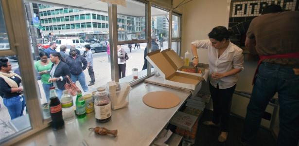 Pitruco Pizza, no centro de Filadélfia (EUA), é um trailer que serve pizzas feitas em um forno a lenha