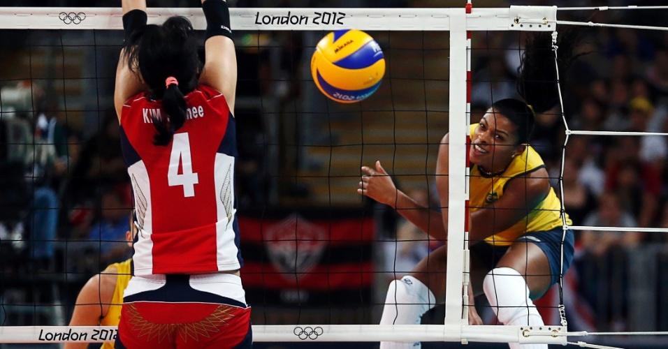 Ponteira Fernanda Garay encara bloqueio das sul-coreanas em partida disputada nesta quarta-feira (01/08)