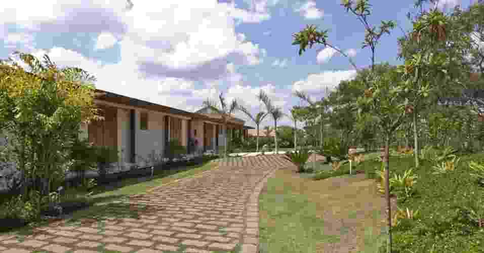 Porção externa da Casa H, no interior de São Paulo, é bem ajardinada. Os projetos de paisagismo e arquitetura são assinados por Erick Figueira de Mello - Marcelo Scandaroli/Divulgação