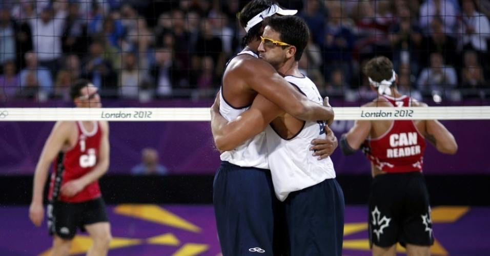 Ricardo e Pedro Cunha se abraçam e comemoram a vitória sobre dupla canadense na Olimpíada