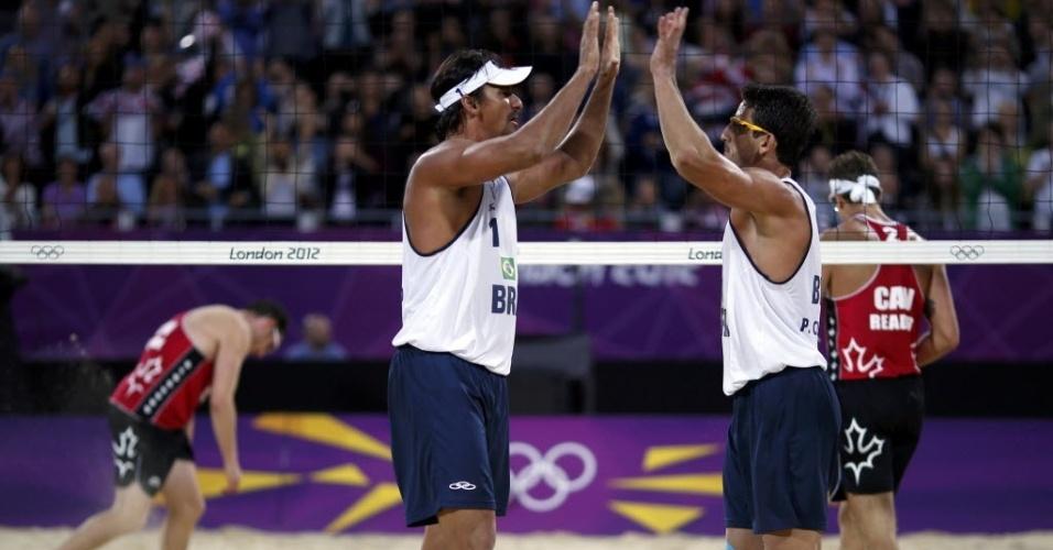 Ricardo e Pedro Cunha comemoram a vitória sobre dupla canadense na Olimpíada de Londres