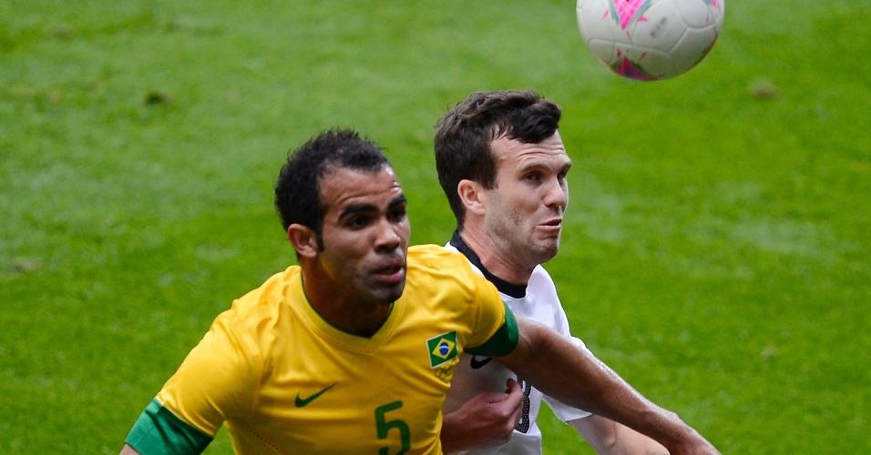 Sandro disputa a bola pelo alto com jogador Ian Hogg, da Nova Zelândia