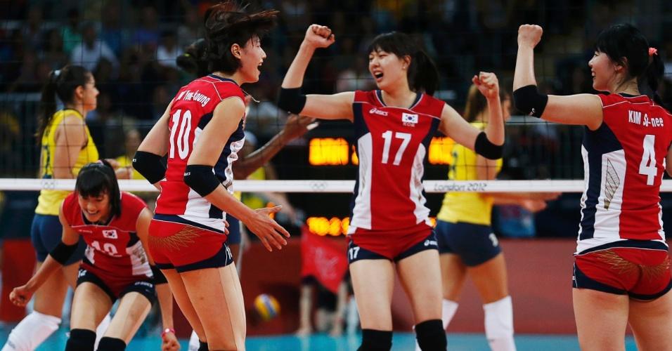 Sul-coreanas comemoram ponto marcado em cima da seleção brasileira de vôlei