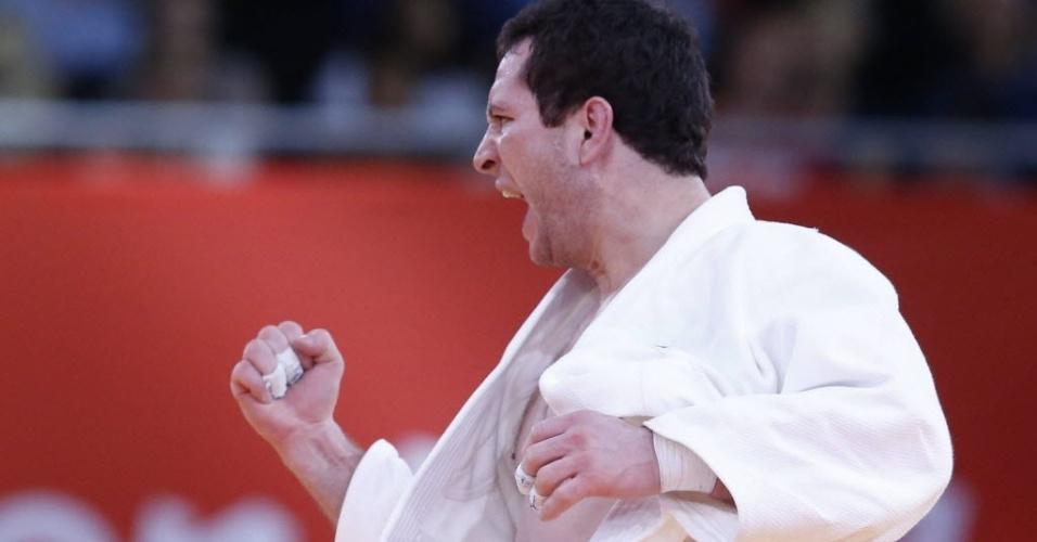 Tiago Camilo comemora vitória sobre o italiano Roberto Meloni no judô até 90 kg