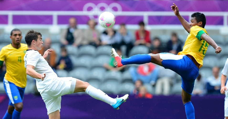 Tim Payne, da Nova Zelândia, disputa a bola com o brasileiro Alex Sandro