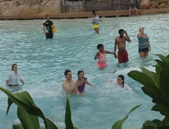 Tom Cruise leva a filha Suri a um parque aquático do complexo Disney World, em orlando (Flórida) (1/8/2012)
