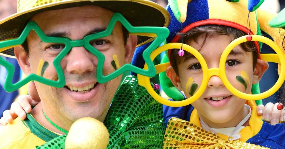 Torcedores capricham nos óculos para torcer para a seleção brasuileira